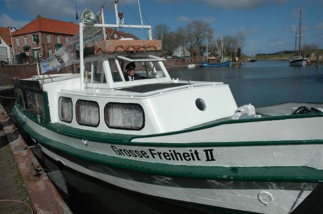 """Kapitän Klaus-Peter Schmitz fährt die """"Große Freiheit II"""" im Hooksmeer."""