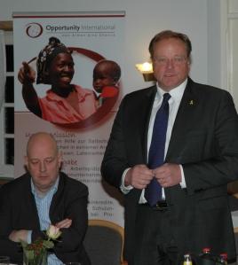 Bundesminister Dirk Niebel mit dem Vorstand der Stiftung Opportunity International, Stefan Knüppel (links) während des Treffens in Wiesmoor. Foto (c): Helmut Burlager