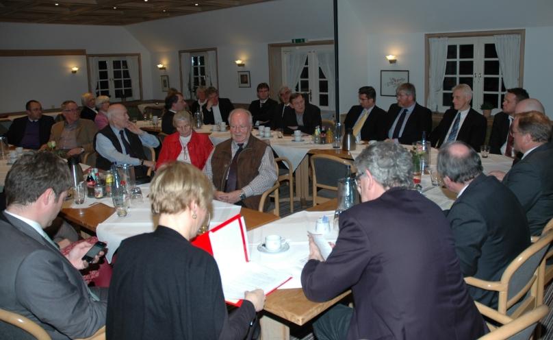 """Zwei Dutzend Freunde von Opportunity International aus der Weser-Ems-Region und Politiker von CDU und FDP waren im Hotel  """"Blauer Fasan"""" in Wiesmoor zusammengekommen, um mit Minister Niebel über Entwicklungszusammenarbeit und Mikrofinanz zu reden. Foto (c): Helmut Burlager"""