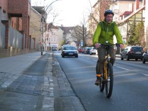 Das Fahren auf der Fahrbahn ist sicherer als auf schlechten Radwegen - und inzwischen an vielen Stellen auch erlaubt. Grundsätzlich gilt dort, wo Radwegeschilder stehen, aber nach wie vor die Benutzungspflicht. Foto: ADFC