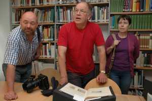 Tim Denison, Jack Waterfall und Caroline Kesseler im Archev des Schlossmuseums Jever, wo sie Dokumente über den Flugzeugabsturz fanden. Foto (c): Helmut Burlager
