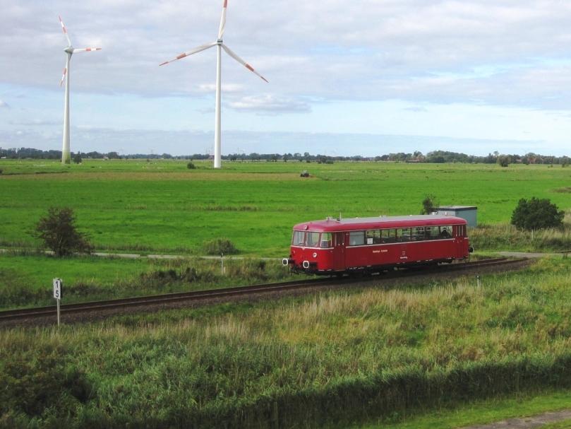Der nostalgische Schienenbus unterwegs zwischen Wilhelmshaven und Hooksiel.