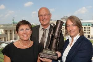 In Berlin nahmen die Teammitglieder Brigitte Meiners, Helmut Burlager und Sigrid Kasdorf stellvertretend für das ganze Respekt-Team den ersten Preis des VDL-Wettbewerbs entgegen. Foto: VDL