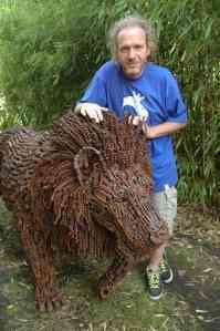 Diedel Klöver mit einem seiner typischen Werke, einem Löwen aus Schrauben und Fahrradketten.  Foto (c): Brigitte Meiners