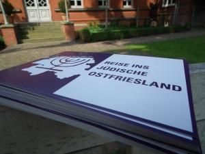 """Die Broschüre """"Reise ins jüdische Ostfriesland"""". Foto (c): Jantje Appel"""