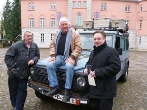 Gunther Holtorf auf seinem Geländewagen, links Dr. Fritz Kleinsteuber, rechts Jevers Bürgermeister Jan Edo Albers.  Foto©: Helmut Burlager