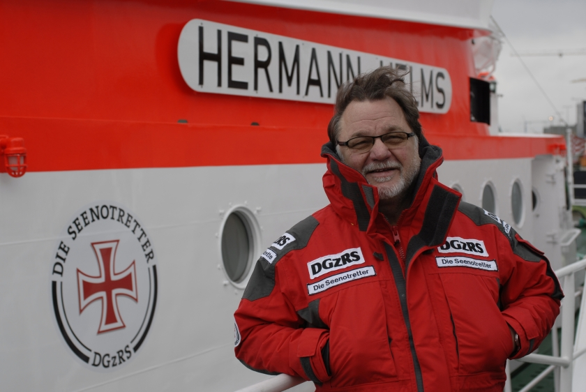 """Der bekannte Musiker Klaus Lage ist neuer ehrenamtlicher """"Bootschafter"""" der Seenotretter. In Cuxhaven gab er heute die Einsatzzahlen der Seenotretter für das Jahr 2013 bekannt.  Foto/DGzRS"""
