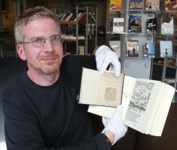 Matthias Bollmeyer mit der Rarität aus der Bibliothek des Mariengymnasiums Jever. Foto (c): Helmut Burlager
