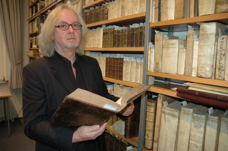 Hartmut Peters in der historischen Bibliothek des Mariengymnasiums Jever. Foto (c): Helmut Burlager