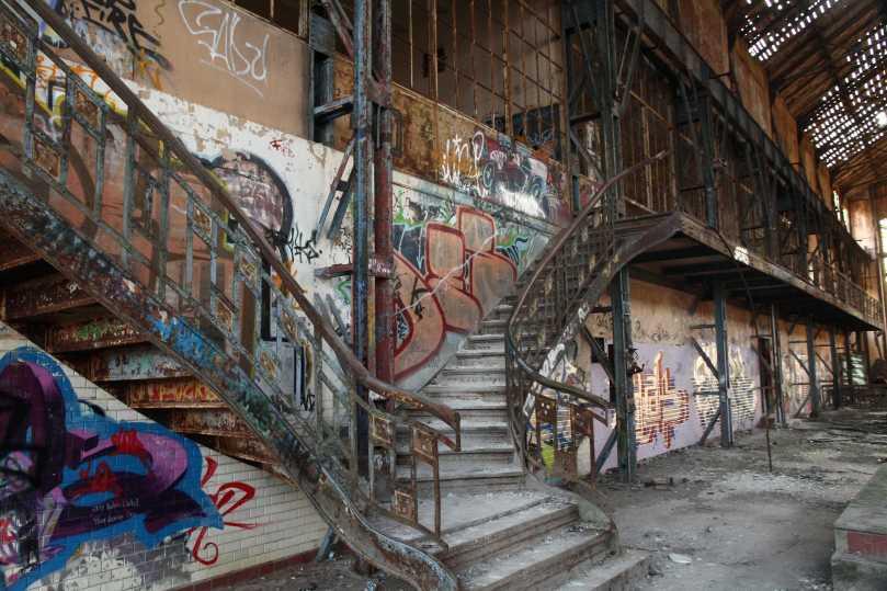 Graffiti und Löcher in Dach und Fenstern tun der Schönheit des Jugendstilgebäudes keinen Abbruch. Foto: Imke Zwoch