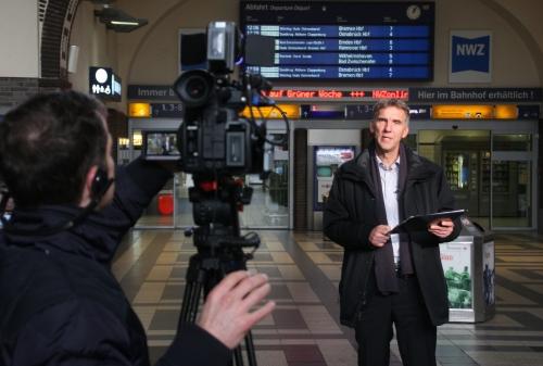 Bischof Jan Janssen bei den Dreharbeiten im Oldenburger Hauptbahnhof. Foto: ELKiO, Hans-Werner Kögel