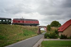 Über eine etwas abenteuerlich wirkende Brückenkonstruktion passierte die Tidebahn die Deichlinie.  Foto: Archiv Manfred Terhardt