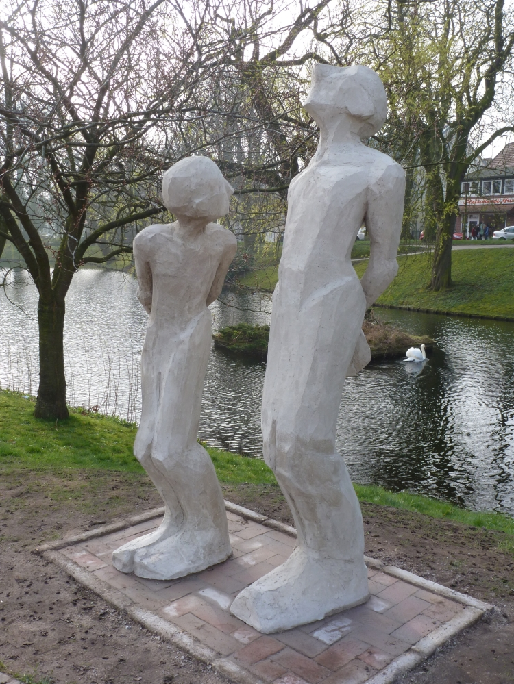 Vater und Sohn. Skulptur von Andreas Reiberg und Stephan Schmidt. Jever, Elisabethufer, März 2014. Foto: Helmut Burlager