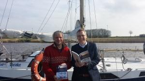 Verleger Florian Isensee und Autor Detlef Hinz bei der Buchvorstellung in Harlesiel. Foto (c): Isensee