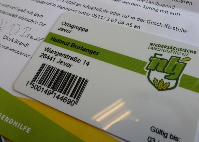 """Im Begleitbrief steht übrigens: """"Hallo Helmut, wir freuen uns, Dir den Mitgliedsausweis der Niedersächsischen Landjugend für das kommende Jahr präsentieren zu können. Mit Deinem Mitgliedsausweis kannst Du Dich niedersachsenweit als Mitglied einer großen Landjugend-Gemeinschaft ausweisen und zahlreiche Vergünstigungen nutzen. (...) Wir würden uns freuen, Dich auf einer unserer nächsten Veranstaltungen zu sehen..."""""""