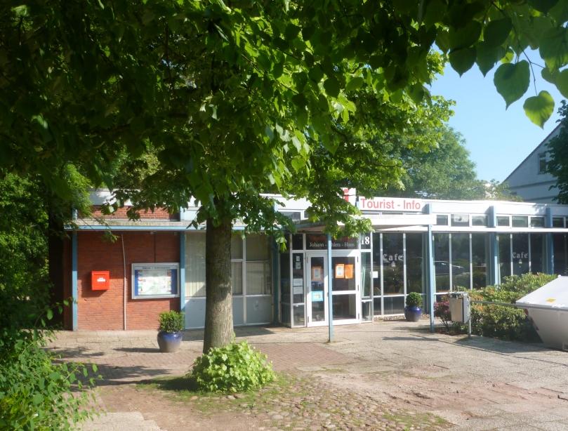 Das Johann-Ahlers-Haus am Alten Markt in Jever. Es wird Anfang Juni 2014 abgerissen und durch einen Neubau ersetzt. Foto: Helmut Burlager