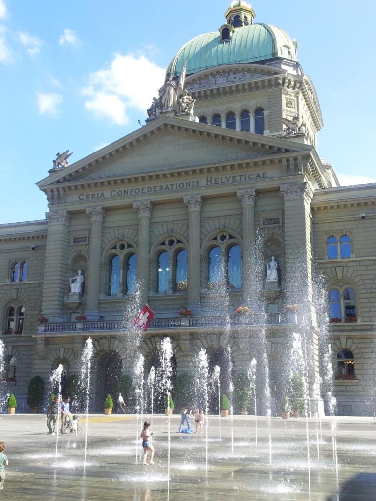 Bundeshaus in Bern mit Wasserspielen. Foto (c): Helmut Burlager