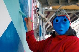 Dejo, einer der Begründer des Toyismus, mit seiner Marke, mit der er in der Öffentlichkeit auftritt. Die Botschaft: Die Kunst ist wichtig, nicht der Künstler. Foto: Toyism Studio