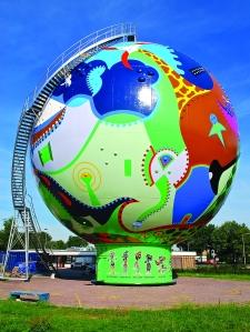 De Stip oder Der Punkt. VonToyisten gestalteter Gasbehälter in Emmen. Foto: Toyism Studio