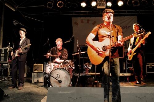 """Iko Andrae und seine Band haben 2009/10 ihre CD """"Stiekelstrüük"""" aufgenommen. Die vier Musiker wollen ihr Werk nun fünf Jahre später am Ort der Aufnahme live aufführen. Iko Andrae wird dabei begleitet von seinen Kollegen Michael Jungblut an der Gitarre, Bahli Bahlmann an den Drums und Olaf Liebert am Bass."""