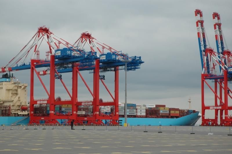 Der Containerhafen in Wilhelmshaven, bislang schwach ausgelastet, könnte 2015 endlich in Gang kommen. Foto: Helmut Burlager