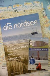 """PF2_Neues_Magazin_""""die_nordsee""""_und_neuer_Faltplan_""""Draußen_an_der_Nordsee_(Hochformat)"""