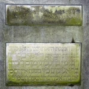 Von der Synagoge in Jever, die in der Pogromnacht zerstört wurde, blieb ein Gedenkstein, eingemauert in ein kleines Denkmal auf dem jüdische Friedhof im Ortsteil Schenum. Foto: Helmut Burlager