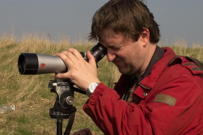 Vogelwart Joachim Horstkette bei der Vogelzählung. Foto: Filmteam Papstein