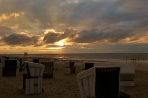 Zum Saisonstart werden Mitte März in Ostfriesland die Strandkörbe rausgestellt, wie hier auf Wangerooge. Foto (c): ostfriesland.de