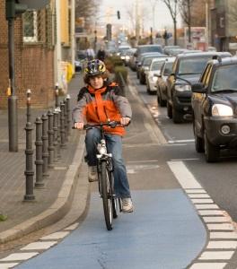 Radweg benutzen oder nicht? Da gibt es manches Missverständnis zwischen Autofahrern und Radfahrern. Foto: Deutsche Verkehrswacht