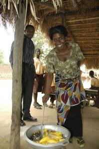 Selbstständig mit einer Schulküche. Kreditnehmerin von Opportunity International Deutschland in Ghana. Foto: Helmut Burlager