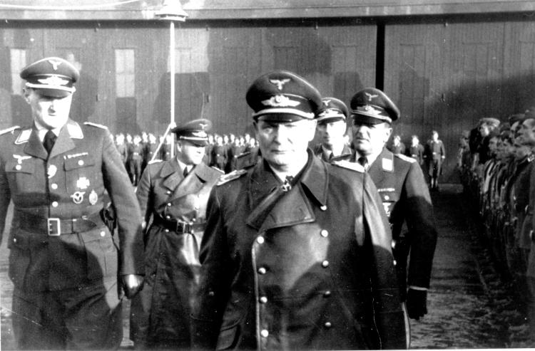 Besuch des Chefs der Luftwaffe Hermann Göring am 27. Februar 1940 auf dem Flugplatz Upjever; links Oberstleutnant Carl-Alfred Schumacher. Bereits 1930 in die NSDAP eingetreten, war Schumacher 1940 Kommodore des Jagdgeschwaders und wurde 1943 zum Generalmajor ernannt. In der Nachkriegszeit saß er für verschiedene Parteien im Niedersächsischen Landtag. Archiv H. Peters