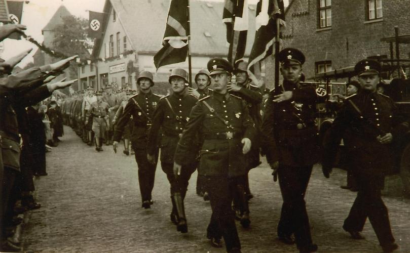 Aufmarsch von NS-Verbänden 1936 auf der Schooster Straße, im Hintergrund ist die St. Stephanus-Kirche zu erkennen. Archiv Rudi Rabe