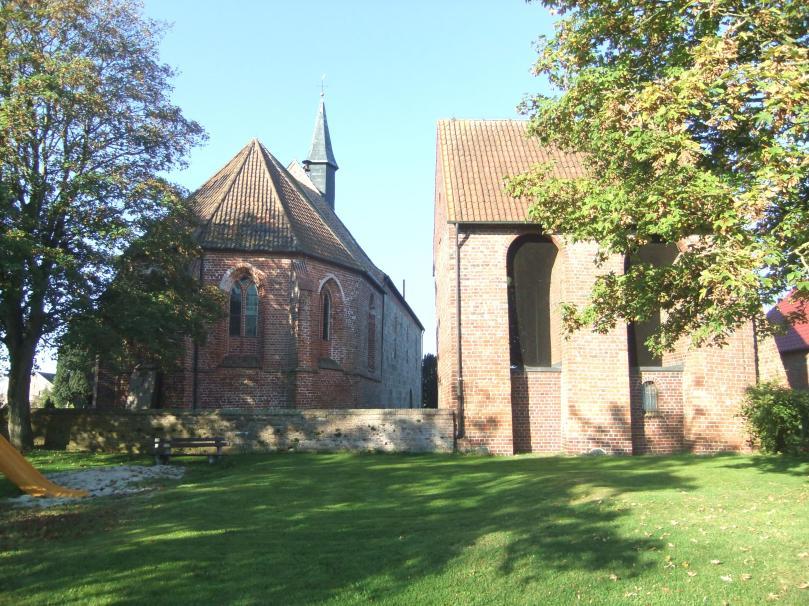 Kirche in Wiarden, dem Wohnort der beiden Autoren. Foto: Axel Bürgener